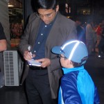 Anand firma autografo a Eric bilbao chess masters 2012